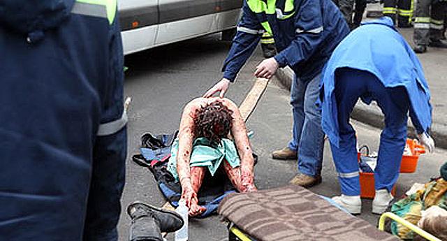 Uno de los heridos es atentido por los servicios de Emergencias.