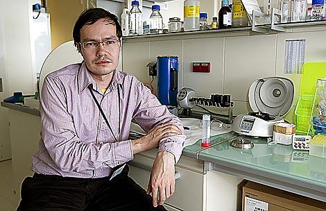 Valery Paulov en el labioratorio donde trabaja. | Justy García