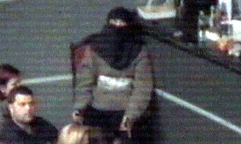 Imagen de una 'viuda negra' en el atentado de Dubrovka (2002). | Reuters