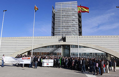 Imagen de una protesta de los trabajadores de Canal 9 a las puertas del ente   B.Pajares
