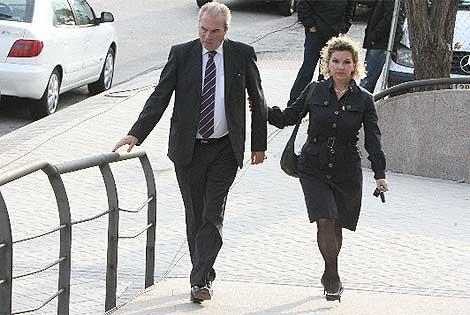 Neira y su mujer acuden a los juzgados de Majadahonda este lunes. (Cuéllar)