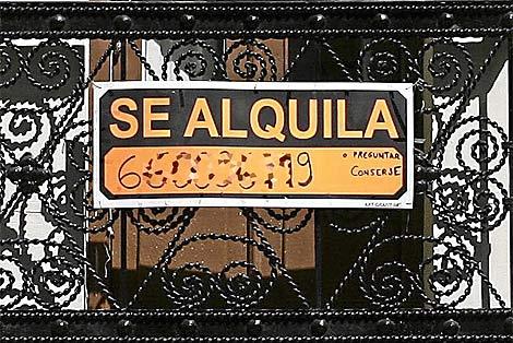 Cartel de 'Se alquila' en una vivienda de Madrid. | J. Villanueva