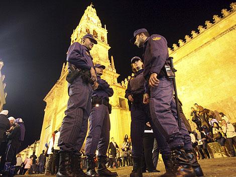 Agentes de la Policía el entorno de la Mezquita tras el forcejeo con austriacos musulmanes. | Efe