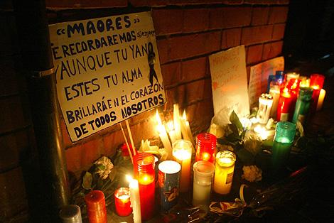 Flores, velas, cartas y fotografías en recuerdo de la joven degollada en Ripollet.   Antonio Moreno