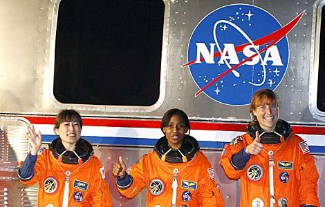 Las tres astronautas, preparadas para embarcar en el Discovery. | Efe