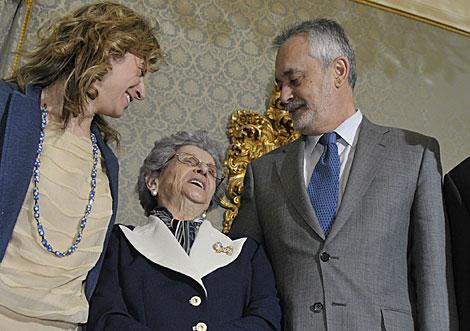 Teresa Montero, entre la ministra Aído y el presidente de la Junta, Griñán. | Cata Zambrano