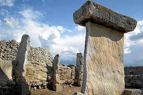 Vista de la taula y el talaiot del poblado talayótico de Trepucó en Menorca.