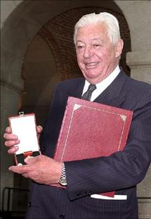 Guillermo Luca de Tena, con la medalla de oro de la Comunidad de Madrid. (Foto: Efe)