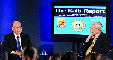 Rupert Murdoch (izquierda) y el periodista Marvin Kalb. (Foto: UPI)