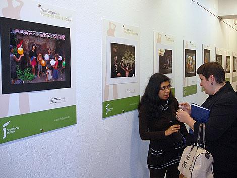 Dos mujeres comentan animadamente las fotografías expuestas. | Manuel Cuevas