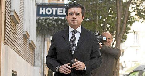 Jaume Matas saliendo ayer de su domicilio en Madrid.   Efe