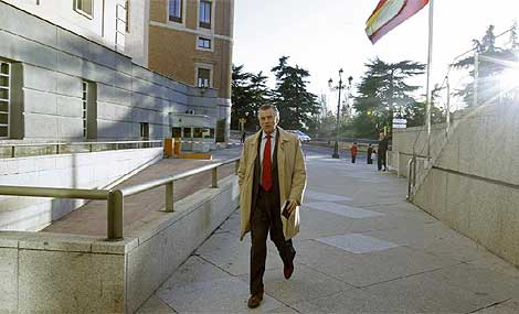 El senador Bárcenas a la salida de la Cámara Alta.   ELMUNDO.es