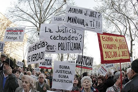 Asistentes a la concentración en apoyo al juez, ante la Audiencia Nacional. | Efe