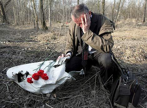 Un polaco llora la muerte de los fallecidos en el avión hoy en Smolensk (Rusia). | Efe