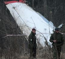 Oficiales rusos vigilan los restos. | Reuters