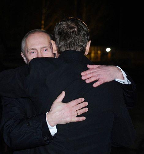 Putin abraza a su homólogo polaco.   Efe