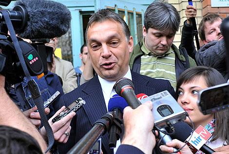 Orbán, entre periodistas durante este domingo. | Ap