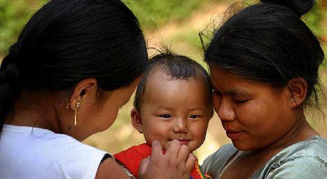 Los niños reciben los mimos de toda la familia en la India.   Steve Evans