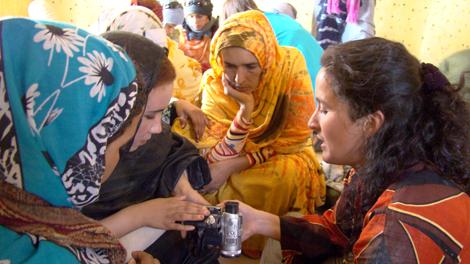 Mujeres saharauis, en un taller de vídeo de la edición 2009 del Festival. | FiSahara