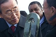 Ban Ki-Moon recibe un recuerdo en la 'Zona cero'. | A.F.