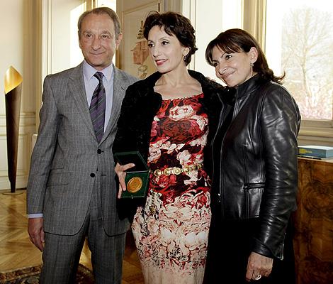 La cantante, junto al alcalde de París y la vicealcaldesa, posa con la Medalla de Oro. | Efe
