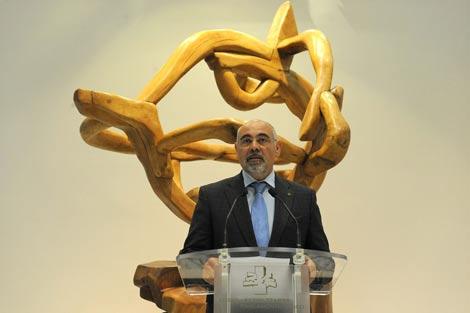 José Antonio Pastor explica a los medios la iniciativa del PSE en el Parlamento. | Nuria González