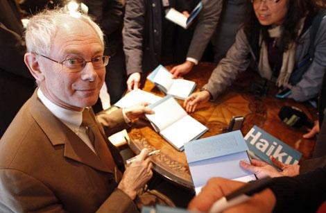 Van Rompuy firma ejemplares de su obra. | Reuters