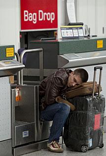 Un pasajero en Gatwick. | AFP