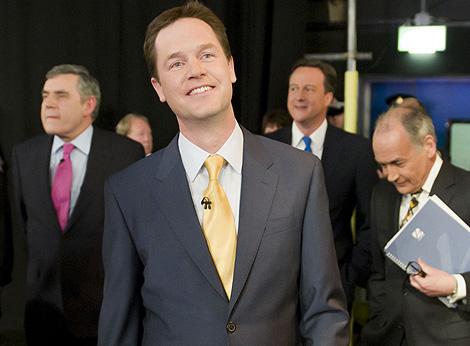 Nick Clegg, en primer plano, con Brown, Cameron y el moderador.   Reuters