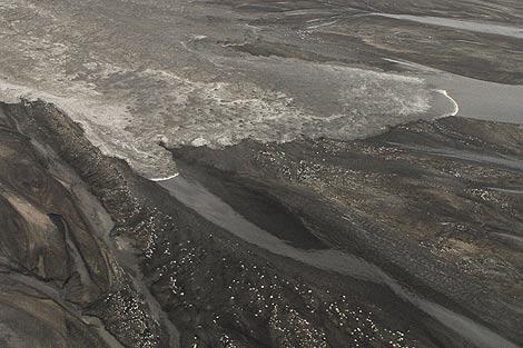 Lluvia de cenizas descienden del volcán en Eyjafjälla. | Reuters
