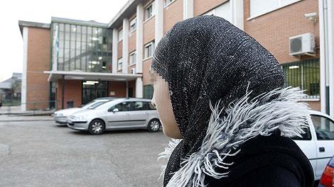 Najwa Malha posa con su velo islámico en el colegio que le ha apartado de clase en Pozuelo.   Diego Sinova