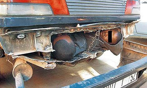Dos niños africanso intentan cruzar a España bajo un camión.