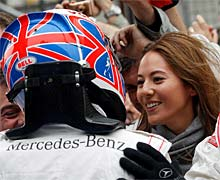 Button, felicitado por su novia. (AFP)