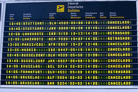 Panel con los vuelos cancelados en el aeropuerto de Bilbao. | Iñaki Andrés
