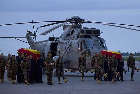 Los militares españoles trasladan los restos de sus compañeros en Puerto Príncipe. | Ap