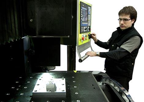 Un operario utiliza la microfresadora. | Justy