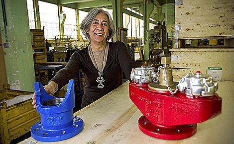 Isabel Meriodio, directora gerente de Benito y Cía, posa con productos de la firma.   Mitxi