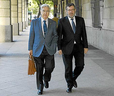 Antonio Rivas, a la derecha de la imagen, junto a su abogado entrando a los juzgados.   El Mundo