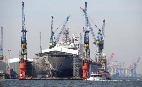 El superyate de Abramovich, en el astillero alemán a principios de abril. | Efe