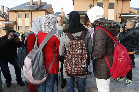 Las jóvenes musulmanas, ayer en el instituto. | Foto: Diego Sinova
