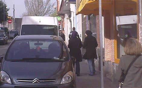 Dos mujeres pasean con el velo islámico por una calle de Pozuelo. (R. Bécares)
