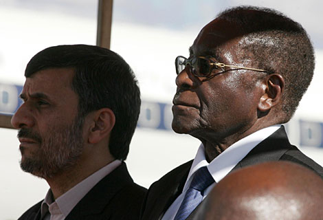 Ahmadineyad y Mugabe, este jueves en Harare. | Reuters