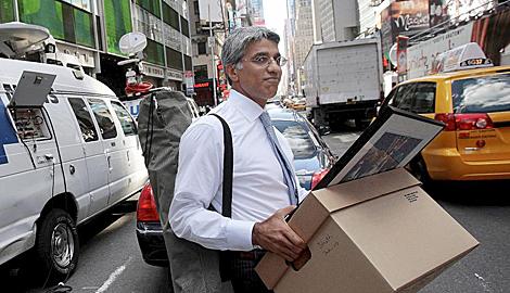 Unm empleado abandona las oficinas de Lehman Brothers en Manhattan, tras su quiebra de 2008.   AFP