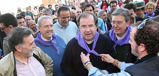 Herrera, acompañado de José Manuel Fernández Santiago, Miguel Alejo y José Luis Díaz Hoces, llega a Villalar donde le colocan el pañuelo morado. | Ical