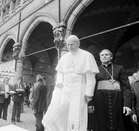 Juan Pablo II junto a Roger Joseph Vangheluwe, durante una visita a Ypres en 1985.   Efe