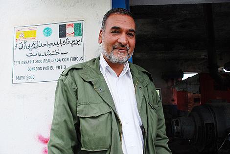 El responsable de Electricidad ante la placa de los españoles en Qala-e-naw. | M. BERNABE