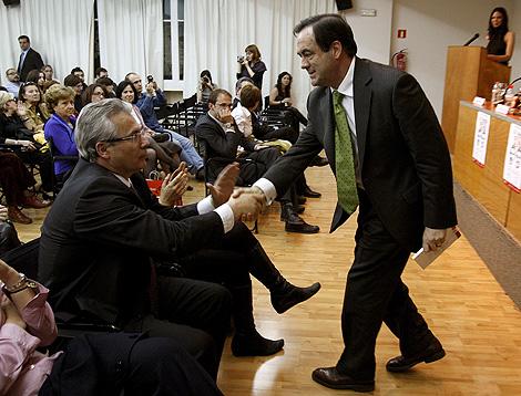 El presidente del Congreso saluda a Garzón en la presentación de un libro en el Círculo de Bellas Artes| Efe