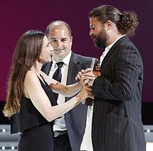 Molina entrega el premio a Cordero. | J.D.