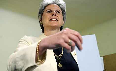 Barbara Rosenkrantz, candidata ultra a las presidenciales autriacas, deposita su voto en Viena. | Efe