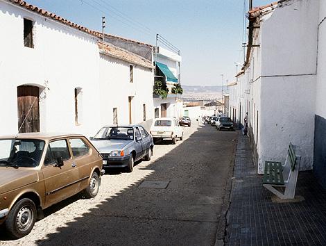 Imagen de una calle de la pedanía pacense donde se produjo la matanza en agosto de 1990. | F. González